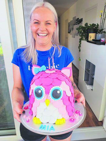 Sandra macht aus Torten wahre Kunstwerke und gewann damit Gutscheine.