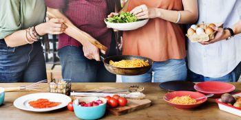 Selber kochen             Was macht uns mehr Freude, als ein leckeres, buntes Gericht? Statt einem Restaurantbesuch könnte man einmal selbst Hand anlegen und für Freunde oder ganz für sich alleine kochen. Das freut nicht nur den Geldbeutel, es macht auch Spaß!Fotos. Shutterstock