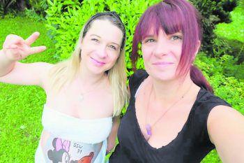 """<p class=""""caption"""">Selfietime: Monja mit ihrer besten Freundin Sarah.</p>"""