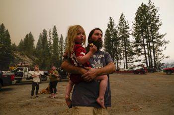 <p>Shaver Lake. Zerstörung: Durch die Waldbrände im US-Bundesstaat Kalifornien ist eine Rekordfläche von mehr als 8000 Quadratkilometern zerstört worden. Ein solches Ausmaß hätten die Feuer seit dem Jahr 1987 nicht mehr erreicht. Jeremy Hedrick und sein Sohn Jeep müssen am Shaver Lake ausharren.</p>