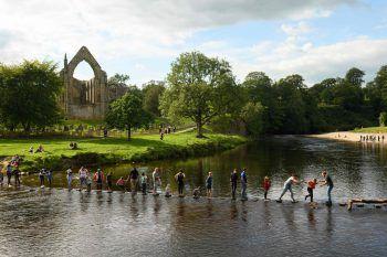 """<p>Skipton. """"Urlaub daheim"""": Lautet auch das Motto in Großbritannien. Hier überqueren """"Heimat-Urlauber"""" den Fluss Wharfe in der britischen Grafschaft Yorkshire. Foto: AP/AFP</p>"""