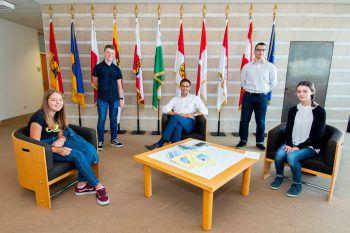 Spannend: Vorarlberger Jugendliche zu Besuch bei Landeshauptmann Markus Wallner. Fotos: Welt der Kinder, Russmedia