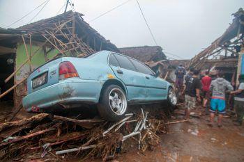 <p>Sukabumi. Unglück: Das Bild zeigt ein Auto, das von der Flut in Indonesien mitgerissen wurde. Die Bewohner in Sukabumi sind derzeit mit den Aufräumarbeiten beschäftigt.</p>