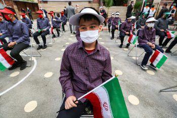 Teheran. Patriotisch: Schulkinder halten iranische Flaggen, während sie der Rede des iranischen Präsidenten lauschen.