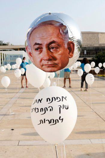 <p>Tel Aviv. Kunst-Aktion: Diese Luftballons von Benjamin Netanyahu stehen jeweils für Versprechen, die der israelische Premierminister nicht eingehalten hat.</p>