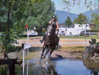 """<p class=""""caption"""">Und Action: Vanessa mit Pferd Riverside Waltz bei ihrer großen Leidenschaft.</p>"""