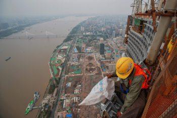 """<p>Wuhan. Schwindelfrei: Auf dem """"Wuhan Greenland Centre"""" ist dieser Arbeiter in luftiger Höhe beschäftigt. Die Stadt, die als """"Ground Zero"""" von Covid-19 gilt, kämpft sich immer mehr in die Normalität zurück.</p>"""