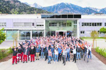 Zufriedene, motivierte und glückliche Mitarbeiter in einem modernen Unternehmen.Foto: Matthias_Rhomberg