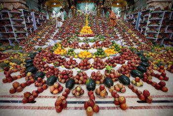 <p>Ahmedabad. Feier: Die beiden Hindus arrangieren im Rahmen von Govardhan Puja, einem hinduistischen Festival, Tausende von Früchten. Sie sollen gemäß den Priestern heilend wirken.</p>
