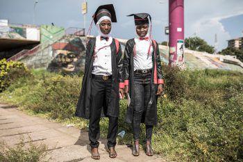<p>Conakry. Abschluss: Zwei junge Studentinnen zeigen sich in der Hauptstadt Guineas mit ihrem Abschlusszeugnis und ihren Roben.</p>