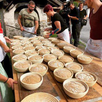 """<p class=""""caption"""">Das Brot aus dem Holzofen ist etwas ganz besonderes und schmeckt besonders gut.</p>"""
