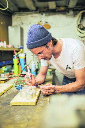 """Echte Handarbeit made in Vorarlberg: Alexander Stark hat den Award für """"Vorarlbergs erfolgreichste Familienunternehmen"""" designt und gefertigt. Fotos: Sams"""