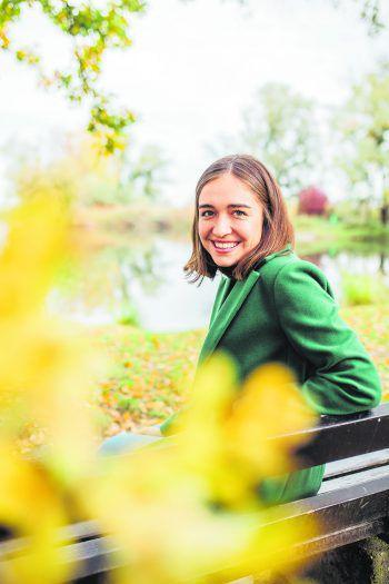 Hannah genießt den Herbst bei einem Spaziergang am Bodensee.