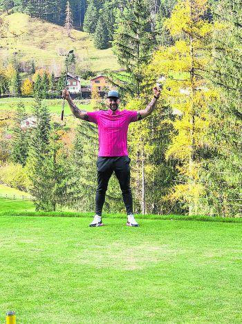 """<p class=""""caption"""">Grüße von Emme: """"Berni, Gratulation zum ersten 'Hole-in-one' unserer Golfkarriere!""""</p>"""