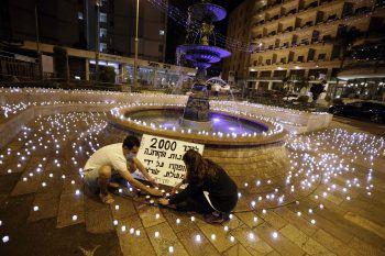 <p>Jerusalem. Protest: Diese Aktivisten platzieren im Zentrum der israelischen Hauptstadt LED-Kerzen, um einerseits ein Zeichen für die Opfer des Coronavirus zu setzen und andererseits gegen die aktuelle Regierung zu protestieren.</p>