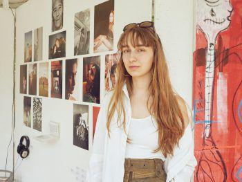 """<p class=""""caption"""">Die junge Künstlerin Marie (18).</p>"""