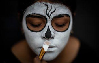 """<p>Masaya. Traditionell: Eine Frau lässt sich ihr Make Up für das traditionelle nicaraguanische Fest """"Los Aguizotes"""" machen. Dabei verkleiden sich Menschen als Geister und tanzen zu Musik und Feuerwerk durch die Straßen Masayas.</p>"""
