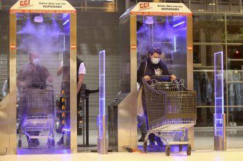 <p>Ajaccio. Vorsichtsmaßnahme: In Korsika müssen Supermarkt-Kunden wegen Covid-19 zuerst durch diese Desinfektions-Schleuse durch, bevor sie einkaufen können.</p>