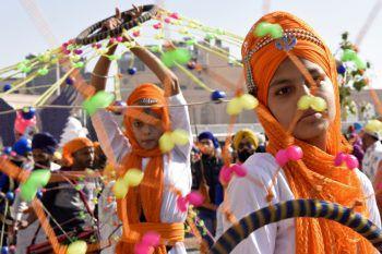 Amritsar. Festlich: Junge Anhänger praktizieren zum 551. Geburtstag des Sikhismus-Begründers eine besondere Form von Martial Arts.