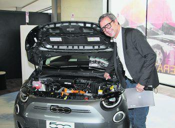 """<p class=""""caption"""">Auch Bernhard Ölz (Prisma) ist total begeistert vom Fiat 500E.</p>"""