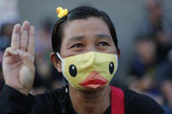 <p>Bangkok. Humor: Eine Frau mit einer Enten-Maske – ein typisches, humoristisches Symbol des Widerstands währen der Proteste zum Rücktritt der thailändischen Regierung . Foto: AP (4), AFP, dpa</p>
