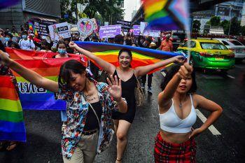 Bangkok. Stolz: Anhänger der LGBTQ-Bewegung feiern im Zuge der Pride-Parade auf den Straßen der thailändischen Hauptstadt.