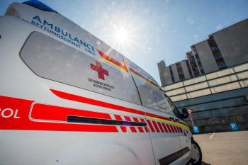 Drei der sechs Beteiligten wurden mit leichten Verletzungen (Prellungen) in das LKH Feldkirch eingeliefert. Symbolfoto: Russmedia
