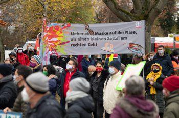 <p>Berlin. Gegenüberstellung: Menschen protestieren mit einem Transparent gegen eine Demonstration von Personen, die gegen die Corona-Einschränkungen sind.</p>