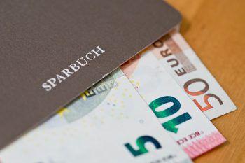 Dem Opfer wurde das gesamte Geld seines ausbezahlten Sparbuchs gestohlen.Symbolfoto: dpa