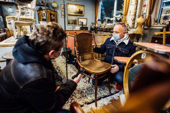 """<p class=""""caption"""">Ein handgefertigter Thonet-Stuhl aus der Österreichisch-Ungarischen Monarchie in der k.u.k.-Artillerie-Schule in Wien.</p>"""