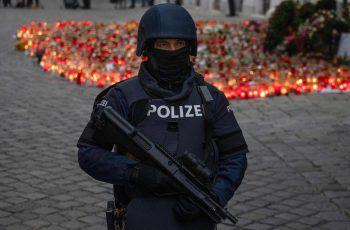 Ein Polizist vor einem Tatort in der Wiener Innenstadt. Fotos: AFP