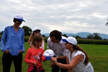 Familie Schwärzler mit Matthias Hagen und Elisabeth Lampert kurz vor der Ballonfahrt, welche die Kunden bei einer Immobilientransaktion von Remax erhalten haben. (Das Bild wurde vor der Corona-Pandemie aufgenommen.)