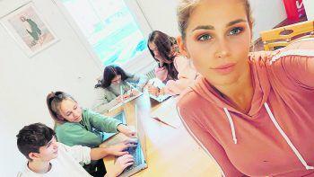 """<p class=""""caption"""">Auch bei den täglichen Schulaufgaben steht das Model ihren jüngeren Geschwistern zur Seite.</p>"""