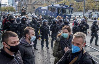 <p>Frankfurt. Dagegen: Diese Demonstranten marschieren gegen die Corona-Maßnahmen der deutschen Regierung.</p>