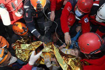 <p>Izmir. Wunder: Auf diesem gestern bereitgestellten Bild sieht man das vierjährige Mädchen, das Tage nach dem Erdbeben von Rettungskräften aus den Trümmern geborgen werden konnte. Fotos: AFP, APA, AP, dpa</p>