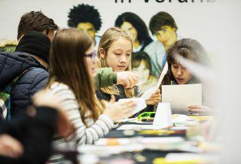 """<p class=""""caption"""">Jugendliche können sich auf der Homepage über Lehrstellen informieren.</p>"""