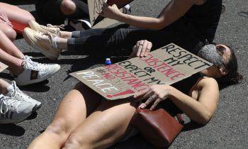 <p>Kapstadt. Protest: Eine Frau demonstriert auf dem Boden vor dem südafrikanischen Parlament liegend gegen geschlechtsspezifische Gewalt.</p>