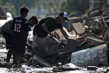 """<p>La Lima. Aufräumarbeiten: Hurrikan """"Eta"""" hat in Honduras einen enormen Schaden angerichtet. Nach Angaben der Regierung waren rund 65.000 Menschen von der Außenwelt abgeschnitten. Fotos: APA/AP/AFPs</p>"""