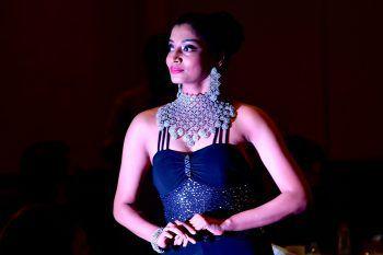 """Mumbai. Wertvoll: Ein Model präsentiert Schmuck bei der """"Gems And Jewellery Fashion Show"""" in der indischen Metropole. Foto: AFP, AP"""