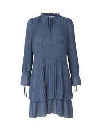 """<p class=""""caption"""">Plissee-Kleid von """"mbym"""" erhältlich in zwei Farben bei Königstöchter. Preis: 99,95 Euro.</p>"""