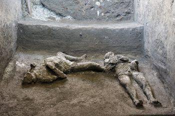 <p>Pompei. Historisch: Bei Ausgrabungen in der antiken italienischen Stadt fertigten Archäologen Abgüsse dieser beiden Körper an, die Opfer des Ausbruchs des Vesuvs vor beinahe 2000 Jahren wurden.</p>