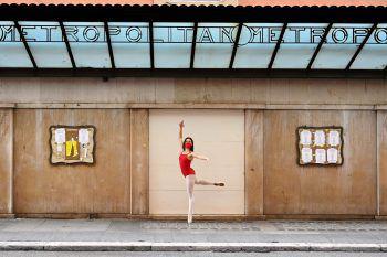 Rom. Grazil: Diese italienische Tänzerin beweist an der Via del Corso viel Körperbeherrschung und Balancegefühl. Fotos: AFP, APA, AP, dpa