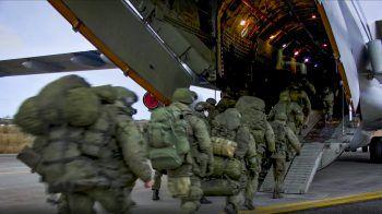 Russische Friedenstruppen flogen in die Krisenregion.Foto: AP