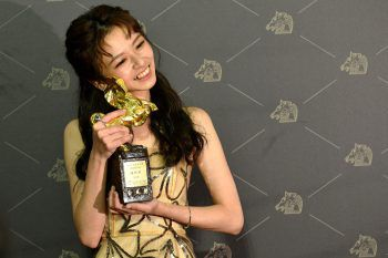 """<p>Taipeh. Ausgezeichnet: Die taiwanesische Schauspielerin Chen Yan-fei präsentiert stolz ihren Golden Horse Award für ihre Arbeit im Film """"The Silent Forest"""".</p>"""
