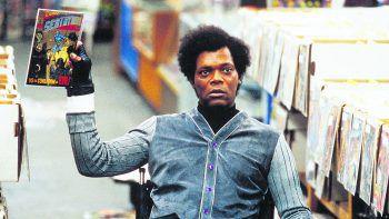 Unbreakable – UnzerbrechlichFilm, Science-Fiction. David Dunn (Bruce Willis) überlebt als einziger Passagier ein verheerendes Zugunglück – ohne einen Kratzer. Wochen später meldet sich Comichändler Price (Samuel L. Jackson) bei ihm, der an der Glasknochenkrankheit leidet. Läut ab sofort.