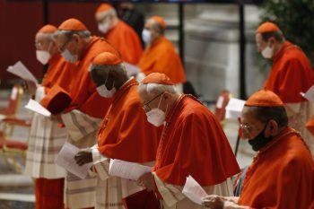 <p>Vatikan Stadt. Geistlich: Kardinäle mit Mund-Nasenschutz bei dem Konsistorium zur Wahl von 13 neuen Bischöfen.</p>