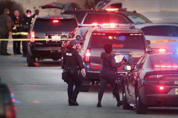 <p>Wauwatosa. Extrem: US-Polizeieinheiten sichern eine Straße nach einer tödlichen Schießerei vor einem Einkaufszentrum im Bundesstaat Wisconsin.</p>