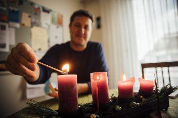 Advent, Advent, ein Lichtlein brennt: WANN & WO besuchte Sepp Gröfler im Büro der Telefonseelsorge in Dornbirn. Im Coronajahr verzeichnete die Einrichtung rund 16.000 Anrufe – ein neuer Rekord in der Geschichte des privaten, gemeinnützigen Vereins.Fotos: Sams