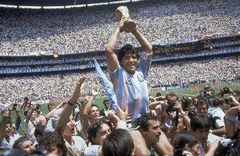 Am Zenit seiner Karriere: Maradona mit dem Weltmeisterpokal von 1986. Foto: AP
