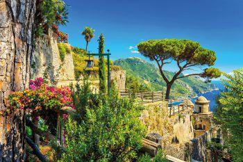 """<p class=""""title"""">               Amalfiküste & Apulien             </p><p>Mit den Flügen nach Neapel erreicht man zwei der schönsten und interessantesten Gegenden Italiens – die Amalfiküste und Apulien. Mit den Erlebnisreisen im Mai und im Oktober hat man Gelegenheit, diese Regionen ausführlich zu erkunden, Land und Leute kennenzulernen und sich vom italienischen Lebensgefühl mitreißen zu lassen. Der italienische Flair, die Ruhe und Gelassenheit dieser Gegend versprechen Urlaub und Erholung pur.</p>"""